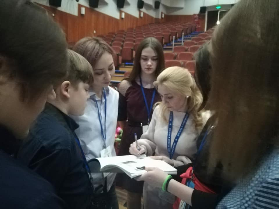 The audience takes an autograph from Anna Barsukova